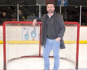 Martin St-Louis pose devant un filet lors d'un passage à l'aréna qui porte son nom dans le quartier Sainte-Dorothée à Laval.