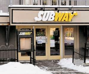 La chaîne de restauration rapide Subway, dont on voit ici une de ses succursales de Québec, compte le plus important réseau de franchisés au monde. Plus de 300 000 personnes y travaillent.