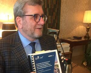 Le maire Labeaume montre la couverture de la volumineuse étude d'impact environnemental qui sera rendue publique en début de semaine prochaine.