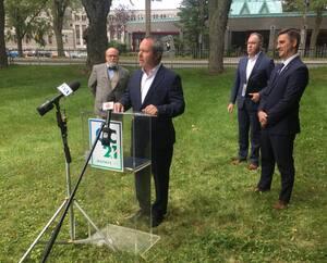 Québec 21 a dévoilé trois nouveaux candidats. Il s'agit, de gauche à droite, de Serge Simard (Plateau), d'Éric Lessard (Cap-Rouge–Laurentien) et de Jean-Pierre Du Sault (Montcalm–Saint-Sacrement). Le chef du parti, Jean-François Gosselin, est à droite sur la photo.