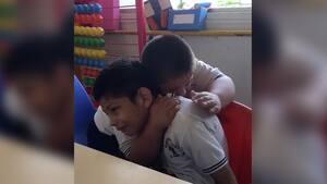 Image principale de l'article Un jeune trisomique réconforte son ami autiste