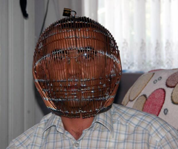 Image principale de l'article Il se met une cage sur la tête pour ne plus fumer