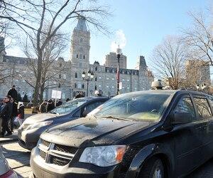 Des chauffeurs de taxi devant l'Assemblée nationale à Québec.