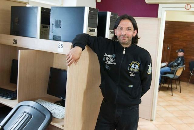 Employé du Café internet à Berlin en Allemagne