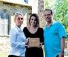 Annie Hamel, Steph-Annie Moquin et Mario Sévigny tiennent l'urne qu'ils ont découverte dans leur immeuble de Saint-Félix-de-Kingsey. Il s'agirait des restes de Barry John Edwards, décédé en 1995.