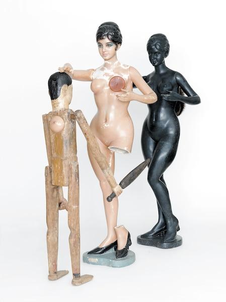 Mother and Child</br> 2014 – Résine, bois, cire, fourrure -180 x 148 x 61cm </br> Constituée d'objets récupérés, une sculptureready-madequi fait référence à une terrible histoire de viol survenu en Inde en 2012, mais aussi une évocation de la maternité.