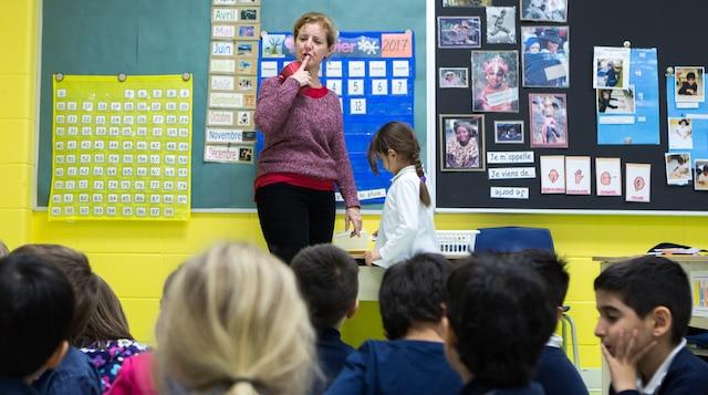 L'école primaire de la Mosaïque, dans le quartier Côte-Saint-Luc, à Montréal, est principalement composée d'élèves allophones issus de communautés culturelles variées. Les images ont été prises le jeudi, 12 janvier 2017. Sur la photo: Christine Drouin, enseignante en classe d'accueil. TOMA ICZKOVITS/AGENCE QMI