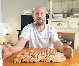 Mario Valiquette, qui achète trois paquets de pains par semaine, considère que le 25$ promis n'est pas un montant suffisant.