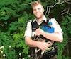 L'agent de la faune Patrick Richard-Cummings a couru pendant près d'une heure après le paon bleu avant de réussir à le capturer. L'oiseau, qui se trouvait dans le Bas-Saint-Laurent, s'était vraisemblablement enfui, mais le ministère recherche toujours son propriétaire.