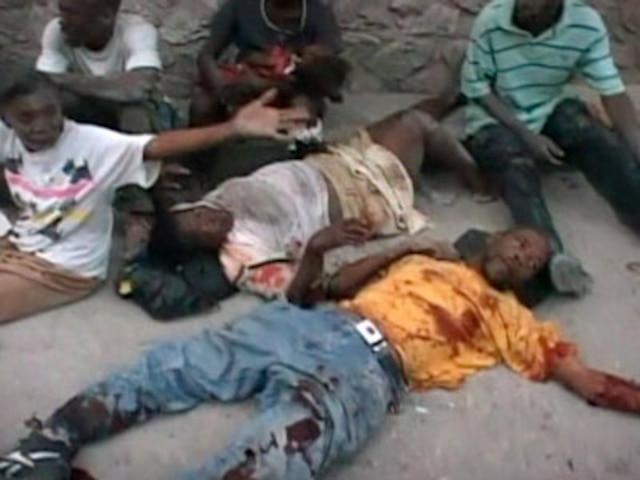 Sur la photo, on remarque que des corps gisent au sol dans les rues de Port-au-Prince.