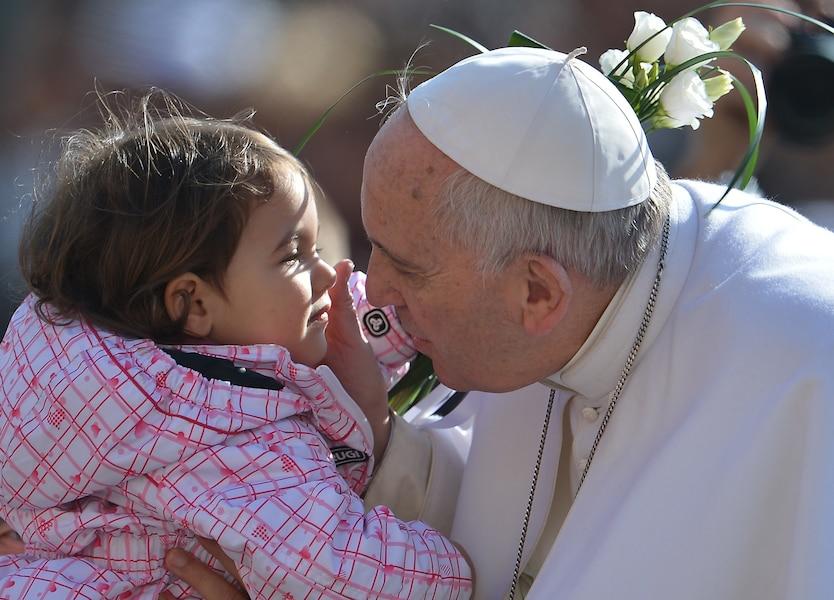 De façon implicite, le pape condamne l'avortement
