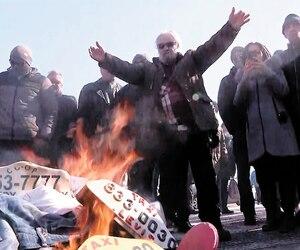 Plus tôt dans la journée, ils avaient manifesté leur colère devant l'Assemblée nationale, allant même jusqu'à brûler leurs pantalons et des enseignes.