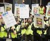 Plus d'une cinquantaine de brigadiers scolaires ont manifesté mardi devant le quartier général du SPVM au centre-ville de Montréal pour réclamer la conclusion rapide d'une nouvelle entente collective.