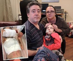 John Santone et Sarina Ferrara Santone avec leur fils Domenic, qu'ils ont réussi à calmer le temps d'une photo. Ci-contre, les brûlures de Domenic sont visibles sur cette photo prise à l'hôpital lundi.