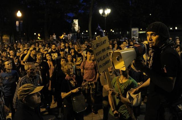 La pluie abondante n'a pas freiné les manifestants, vendredi soir, qui ont été plus de 300 à défiler pour la 26e fois dans les rues du Vieux-Québec.  (KARL TREMBLAY/JOURNAL DE QUEBEC/AGENCE QMI)