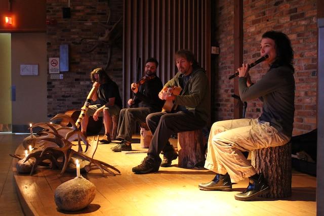Les concerts fauniques de la forêt Montmorency se tiennent sur le lac Bédard, qui offre une acoustique exceptionnelle. Les musiciens s'installent sur leur canot un peu avant la tombée du jour. En cas de pluie, le spectacle se tient dans l'auditorium du pavillon de la forêt Montmorency (photo en mortaise).