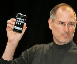 Le regretté Steve Jobs, d'Apple, lors du lancement du tout premier iPhone le 9 janvier 2007 à l'événement Macworld, à San Francisco.