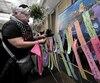 Les citoyens étaient invités à rédiger un message porteur d'espoir pour l'accrocher sur l'« arbre de la paix ».À l'image de cette femme, ils ont été nombreux à témoigner leur sympathie sur ces petits bouts de papier.