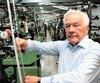 Le président de Belt-tech, Robert Bélanger, inspecte l'un des 100 métiers à tisser transformant le fil en ceinture de sécurité ultrarésistante. L'usine alimente le monde de l'automobile ainsi que le domaine de l'aviation, un secteur en forte croissance.