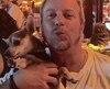 L'animateur de radio Ricky Dee est attablé avec son chihuahua Chichi Limon, qui porte le nom de son restaurant ouvert en 2006.