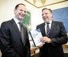 François Legault recevant le budget2019-2020 des mains du ministre des Finances, Éric Girard, le 21mars.