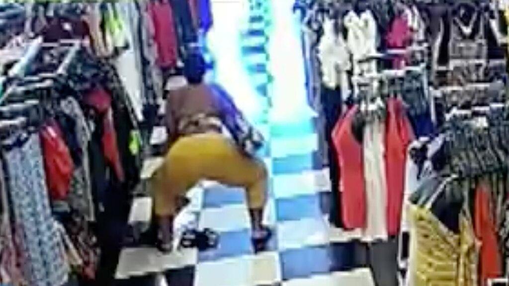 [VIDÉO] Elle se brasse le derrière devant la caméra pendant qu'elle dérobe des vêtements
