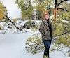 EvaniePalardy devant sa maison de Gypsumville, au nord de Winnipeg, au Manitoba.