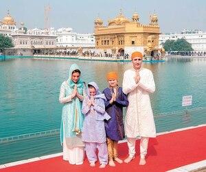 Le premier ministre Justin Trudeaupose avec sa conjointe Sophie Grégoire-Trudeau et ses enfants Ella-Grace et Xavier devant le Temple d'or, lieu sacré de la religion sikhesitué dans la ville indienne d'Amritsar, dans l'État duPendjab, mercredi.