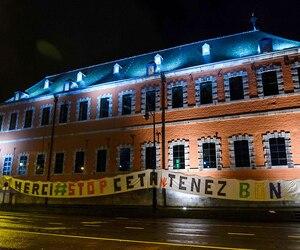 Plus tôt en octobre, des opposants avaient apposé une banderole contre l'accord près du Parlement wallon, à Namur, en Belgique.