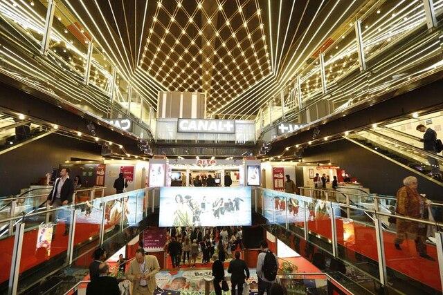 Un mois avant de recevoir les stars de cinéma sur la Croisette, Cannes tient son MIPTV, un marché pour les professionnels du petit écran.