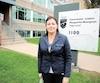 La présidente Diane Lamarche-Venne pose devant le siège social de la Commission scolaire Marguerite-Bourgeoys, à Montréal.