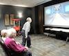 Le jeu de quilles sur Xbox donne lieu à de bons fous rires à la résidence Le 22, où Lucien Jacques, 89 ans, s'apprête à faire un abat devant Carmen Fortin et Yolande Gerbasi, 84 ans. «On est compétitifs, mais c'est une saine compétition», avoue cette dernière.