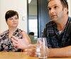 Sony Fredette, photographié avec sa compagne Mélanie Durand, expliquant ses quatre ans de démêlés avec la SAAQ.
