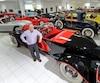 En décembre 2013, l'homme d'affaires et collectionneur Roger Demers avait ouvert les portes de ses garages à Thetford Mines pour présenter sa collection jusque-là gardée à l'abri du grand public.