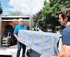 Le déménageurRichard Perreault (gauche) en train d'effectuer un déménagement avec l'un de ses employés,Simon Bombardier(droite), àLaval samedi.