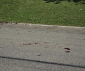 Des traces de sang encore visibles sur la chaussée, hier matin, témoignaient de la violence de l'agression survenue la veille.