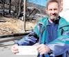 Le Montréalais à l'origine du recours, Peter Krantz, devant l'autoroute Ville-Marie lundi, tient dans ses mains son chèque d'indemnisation d'environ 2900$.