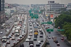 Malgré les nombreux travaux qui ont lieu présentement, Montréal est loin d'être la ville la plus congestionnée au pays. Montréal (12 juillet 2010) - Les experts sont catégoriques: le réseau routier de la région de Montréal est saturé et les problèmes de congestion routière iront en s'aggravant. LE coût total des ralentissements dans la métropole atteint même trois milliards $ par année. Sur la photo, une vue sur sur la Métropolitaine, à la hauteur de Lajeunesse, direction ouest. (Photo Joël Lemay/AGENCE QMI) congestion routière à Montréal L'echangeur Décarie