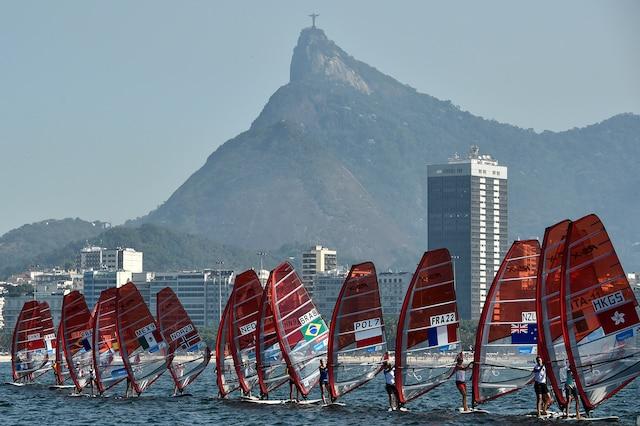 Rio n'a pas dépollué sa baie pour les compétitions de voile. Les déchets flottants sont retirés de l'eau pour qu'elle paraisse propre, mais elle reste lourdement contaminée.