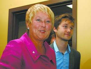 La chef du Parti québécois peut se réjouir de commencer cette campagne électorale en tête dans les intentions de vote, mais de peu.