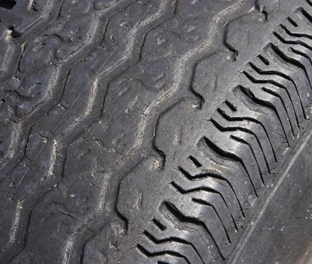 Avoir quatre bons pneus sur son véhicule, c'est loin d'être un luxe! Après tout, les pneus sont les seuls points de contact entre votre voiture et la chaussée. Si vous comptez effectuer de longs trajets prochainement avec votre véhicule, il est important de vous assurer par une vérification visuelle qu'ils sont en bonne condition.