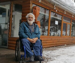 André Tremblay, propriétaire de l'auberge de jeunesse de Tadoussac, soutient que les régions se vident.