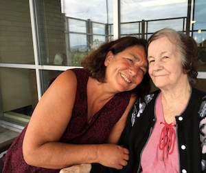À 83 ans, atteinte de la maladie d'Alzheimer, Colette Sauvageau reconnaît encore sa fille, la cinéaste Carole Laganière, et ses deux autres enfants.