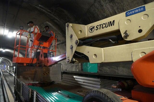 Visite avec les équipes d'entretien du Métro de Montréal, à Montréal, Quebec,Canada. Le jeudi 11avril, 2019. Sur cette photo: Réparations de fuite d'eau dans le tunnel MARIO BEAUREGARD/ AGENCE QMI