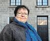 Louise Riendeau, coordonnatrice du Regroupement des maisons pour femmes victimes de violence conjugale, photographiée devant ses bureaux, trouve encourageant que les tribunaux imposent des sentences plus sévères dans les dossiers les plus extrêmes.