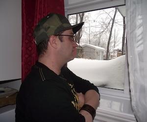 Yannick Wistaff a préféré prendre une photo de côté avec une casquette et des lunettes, question de ne pas être reconnu dans la rue.