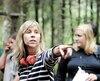 Louise Archambault donne ses directives à Rémy Girard sur le plateau de tournage de <i>Il pleuvait des oiseaux</i>, à l'été 2018.