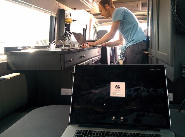Bureau mobile près de la mer Nicolas Bertrand s'est improvisé un bureau mobile dans son motorisé Mercedes. Il le stationne sur le bord de la plage à San Francisco, ouvre la porte coulissante et travaille avec une vue de rêve. Il a internet sans fil à bord. Le Québécois a créé l'application Smartup.com, une plateforme d'apprentissage en ligne. Il a travaillé entre autres pour TicketMaster, Match.com et Myspace. Sa femme, Geneviève Garand, travaille chez Apple à Cupertino comme designer d'interface. Ils se sont rencontrés à l'UQAM en 1999. Photos Courtoisie