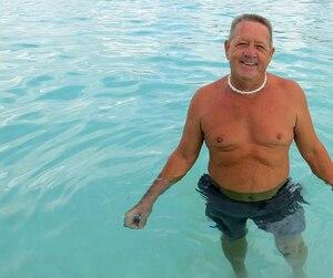 Le retraité québécois Réal Cournoyer passe l'hiver en République dominicaine à se baigner dans la mer des Caraïbes.