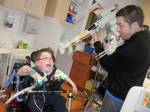 Ce que Loïc aime plus que tout, c'est que sa famille lui rende visite à l'hôpital. Ici, il est avec son père Patrick Bydal.